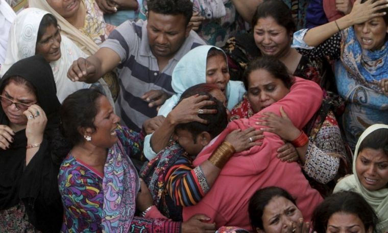 Pakistanis in mourning after suicide bomb attack
