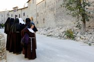 nuns-cast-out-on-the-street-by-the-earthquake-in-norcia
