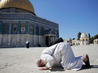 praying-palestinian-in-jerusalem