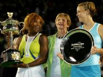 margaret-court-stands-between-serena-williams-and-lindsay-davenport
