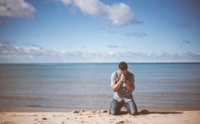 How should Christians pray if their answers are delayed?