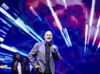 brian-houston-leads-hillsong-worship
