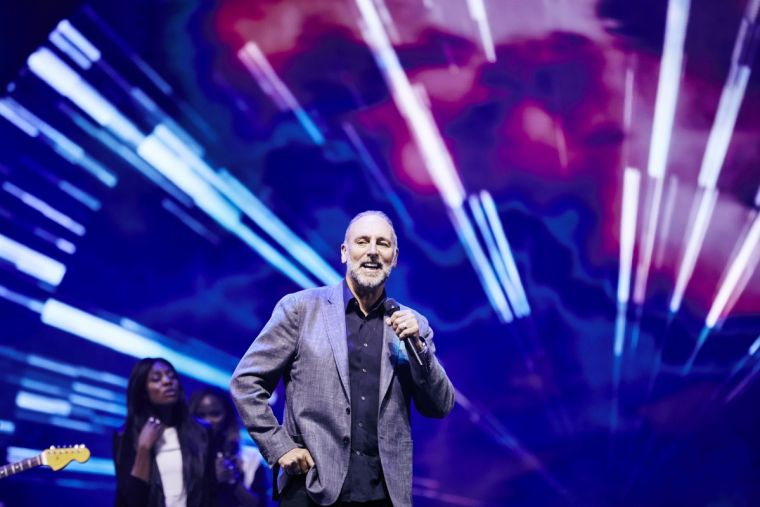 Brian Houston leads Hillsong worship