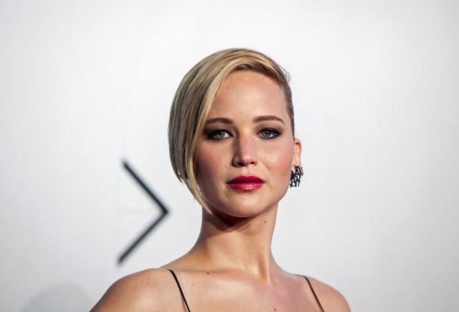Jennifer Lawrence single again, after split with Darren Aronofsky